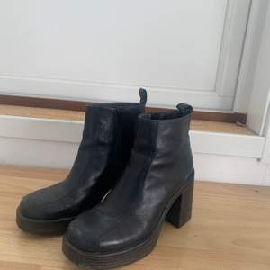 Ett par svarta boots från vagabond i fint skick men med lite slitning där framme. Köptes i andrahand men har själv använt ett fåtal gånger. Vet inte riktigt hur jag ska fixa frakt för dessa så föredrar att mötas upp! skriv till mig om du vill ha fler bilder eller har några frågor :)