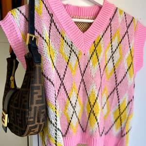 Stickad rosa färgglad väst , perfekt för storlek S som M . Vet ej märket men använd ett par ggr bara .  Dm för fler detaljer . 💝