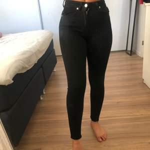 Svarta jeans från NAKD, för små för mig. Passar nån som är ungefär 1,55-1,60cm. (Petite)