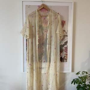 Supersöt vintage blus/kimono att ha till det mesta 🌷
