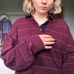 Långärmad Lite croppad pikétröja köpt på brandy Melville i NYC där de recyclat en tröja från Tommy hilfiger. Så snygg och bekväm. Sitter oversized på mig som är storlek S