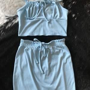 Jättegulligt babyblått set säljes pga för stor röv 😥 kjolen är alltså för kort på mig men setet passar en storlek M, stretchigt och justerbart så kan även passa S/L men var uppmärksam på att kjolen är modell kortare 😇