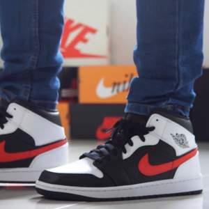 Säljer dessa snygga Jordan 1 mid red chille. Dessa skor är aldrig använt och är helt äkta, kvitto kan visas. storlek på dessa skor är 42.5,43,44. Priset på dessa snygga skor är 1500 + frakt eller meet up i Örebro/Lindesberg. Har du nån fråga så är det bara att ställa.