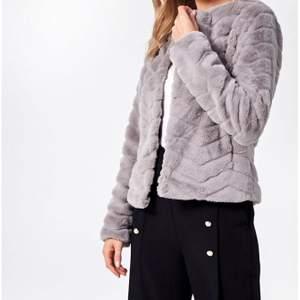 Fakepälsjacka jag säljer pga att den inte passar mig i ärmarna, jackan är köpt på nelly i storlek s och använd fåtal gånger.