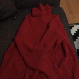 Denna tröja är en vår tröja. En tröja som är varm o skön med fin röd färg❤️. Jag har använt denna tröja några par gånger 1-2 gånger🥰. Jag säljer den för billigt, passa på❤️om du är intresserad är det bara att kontakta mig som vanligt☺️.