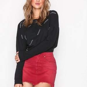 Röd cool one teaspoon kjol, bra skick! Nypris ca 900kr. Är en s/m i kjolar denna passar mig!