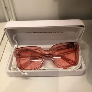 Ett par solglasögon från Chimi eyewear i färgen Guava och modellen 008. Sjukt snygga och perfekta till sommaren med en liten färgtouch till outfiten! Passar tyvärr inte mitt ansikte och därav säljer jag dom. 300kr + frakt 66kr eller bud!
