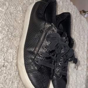 Svarta skor i stl. 36 passar 37, 100kr + frakt