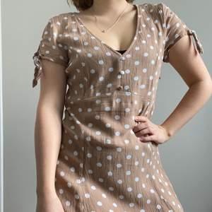 Fantastiskt fin beige prickig klänning! Kommer tyvärr inte till användning längre. Är i bra skick. Står storlek 40 men sitter som en 36:a. Skicka ett meddelande för mer bilder eller frågor☀️