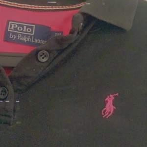 En skjorta i svart och rosa från polo Ralph lauren, är en L men är som en S eller M. Skriv för mer imformation. Priset är 95