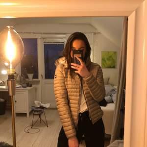 Perfekt vårjacka från colmar i jättefint skick. Sparsamt använd i modellen ladies light down jacket, nypris 3500.💖