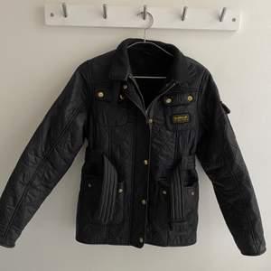 Nästintill oanvänd Barbour jacka köpt hos Kids Brand Store. Storlek 146/152 men passar mig perfekt som är en storlek XS.