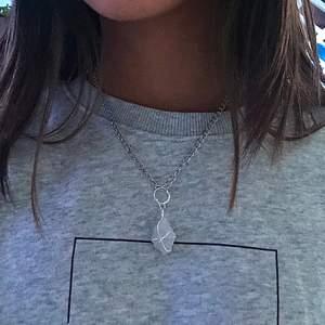 Handgjort halsband i rå kvartskristall. Säljer den för 60kr (innan 70kr) plus frakt (10kr)