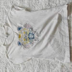 Säljer den här t-shirten från Kenzo i bra kvalitet då den är lite för liten på mig och inte längre kommer till användning. Fin slits på sidan. Jag kan betala frakten!