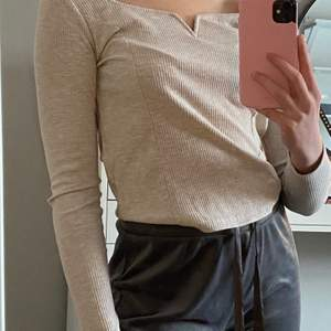 Säljer denna fina beiga tröjan. Storlek M, men skulle nog säga att den är som en S. Fin nu till våren. Exklusiv frakt.