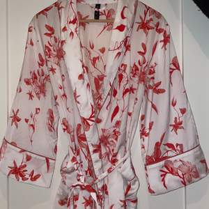 En fin kimono morgonrock från Ella M. Storlek Medium men passar även Small.