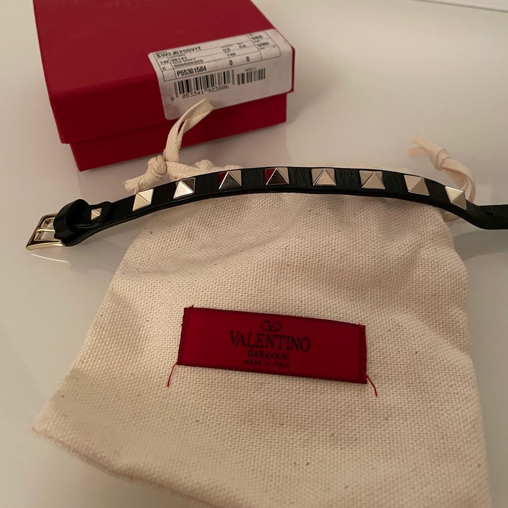 Säljer mitt coola Valentino armband, armbandet är svart med silvriga nitar på. De tillkommer en dustbag samt extra nitar. Det är knappt använt, finns inga defekter, som helt nytt. Mycket bra skick!              Kvitto finns!                                                            Nypris: 2000kr                                                                      Spårbart frakt 📦. Accessoarer.