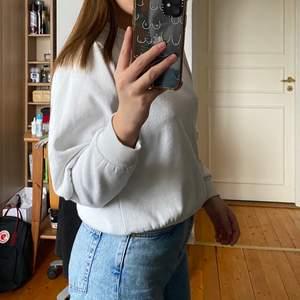 Superfin sweatshirt med puffärmar från Bikbok, storlek S