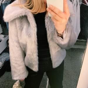 Så skön och fin jacka från Gina! Jättefin färg och sååå len! Såklart fake päls!