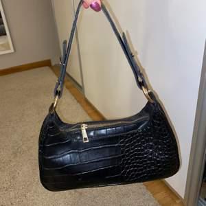 säljer en svart axelremsväska från Nelly, den är väldigt rymlig och i bra skick, kan mötas upp i Stockholm eller frakta mot betalning