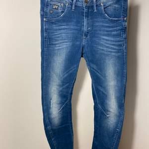 Jeans med streatch och hög midja. Mellanblå.