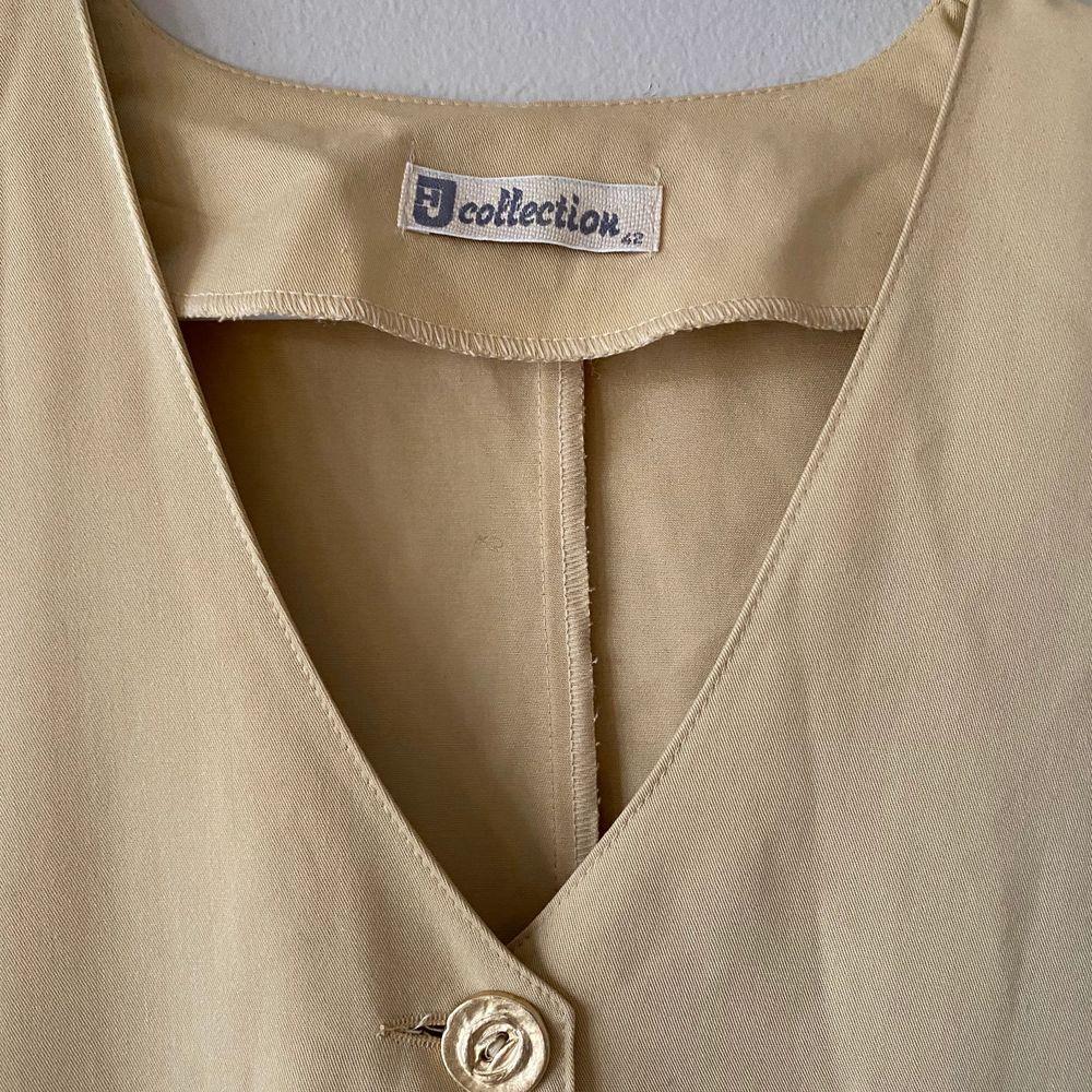 En second hand köpt gul kortärmad skjorta tröja med V-ringning och gula knappar. . Skjortor.