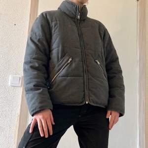Grå vadderad jacka från Weekday. Perfekt till vintern med en tröja under eller till våren. Väldigt bekväm. Dubbla fickor (både dragkedja och en med knapp under). Knappt använd, men köpt för några år sedan. Köparen står för frakt!⭐️