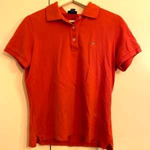Röd/orange pikétröja från Gant. Använd några gånger. Köparen står för frakt. Pris går att diskutera.