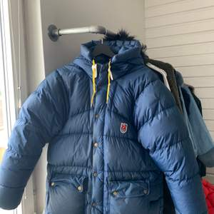 Fin marinblå fjällräven jacka storlek xxs men stor i storlek, den är använd och har ett stygn på ca 1cm på ena armen men inget som syns tydligt, annars felfri och i fint skick!