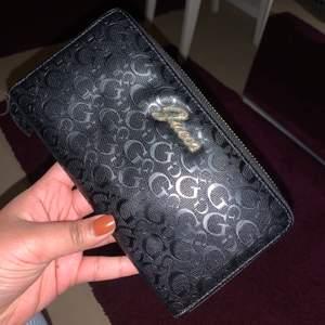 Säljer denna guess plånbok. Den är i perfekt skick✨✨