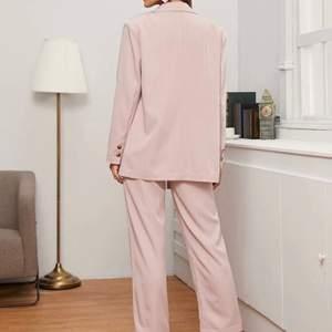 Tvådelad outfit, använd en gång, bra sick. Skickar bättte bilder i verkligheten om någon är intresserad.