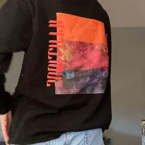 Denna tröjan är luftig och har ett coolt tryck på baksidan samt ett litet på framsidan