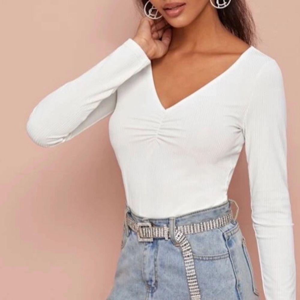 Jättefin vit tröja från SHEIN. Använt 2-3 gånger som Max då jag inte tyckte jag passa i den. Pris 50kr + Frakt ( skriv om du har några frågor eller vill ha mer bilder) . Tröjor & Koftor.