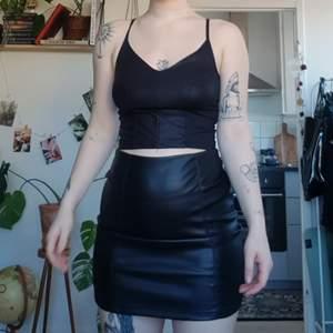 Topp storlek M, kjol storlek 36. Dragkedja där bak på kjolen, rätt stretchig. Kan köpa dem separat om man vill!