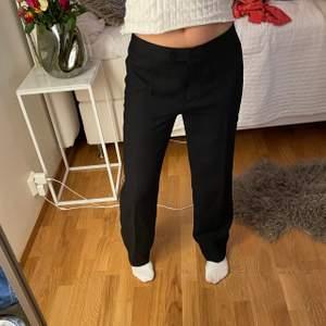 Väldigt fina svarta kostymbyxor i mycket bra skick. Sitter som en smäck och långa (är 168). Storlek står inte på byxorna men skulle säga att den är ca 36-40. 2 för 3 på allt jag säljer🖤🖤