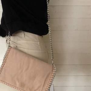 Säljer denna ljusrosa kuvertväska med silverskedja från Nelly 🌸 Kan även användas som en clutch då det går att ta av kedjan. Köps för 120 kr eller hösta bud 💫