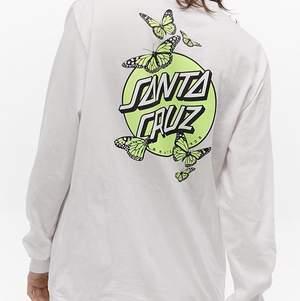 Jättecool longsleeve tröja i neonfärg från Santa Cruz i absolut nyskick, använd MAX 2 gånger! Vad jag ser verkar den inte säljas längre? Säljes för jag inte har någon användning utav den☹️ nypris runt 450:- väljer att sälja den för 300:- bilder kan skickas vid visat intresse🖤