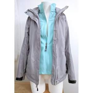 2 in 1 fleece och vattenavvisande jacka med fickor och avtagbar huva. Super praktisk, bekväm och snygg! Priset kan diskuteras. 😊✨🍀