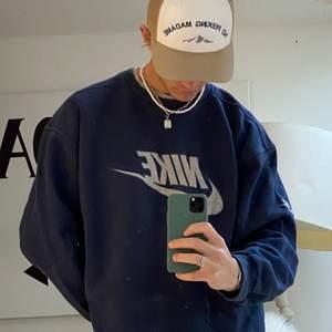 Säljer denna sjukt eftertraktade nike sweatshirten! ✨Äkta✨ STRLK: L !  Finns mer liknande på @vaning01 på instagram.  ❗️Minsta höjning: 25kr ❗️Budgivning är slut på fredag 18:00
