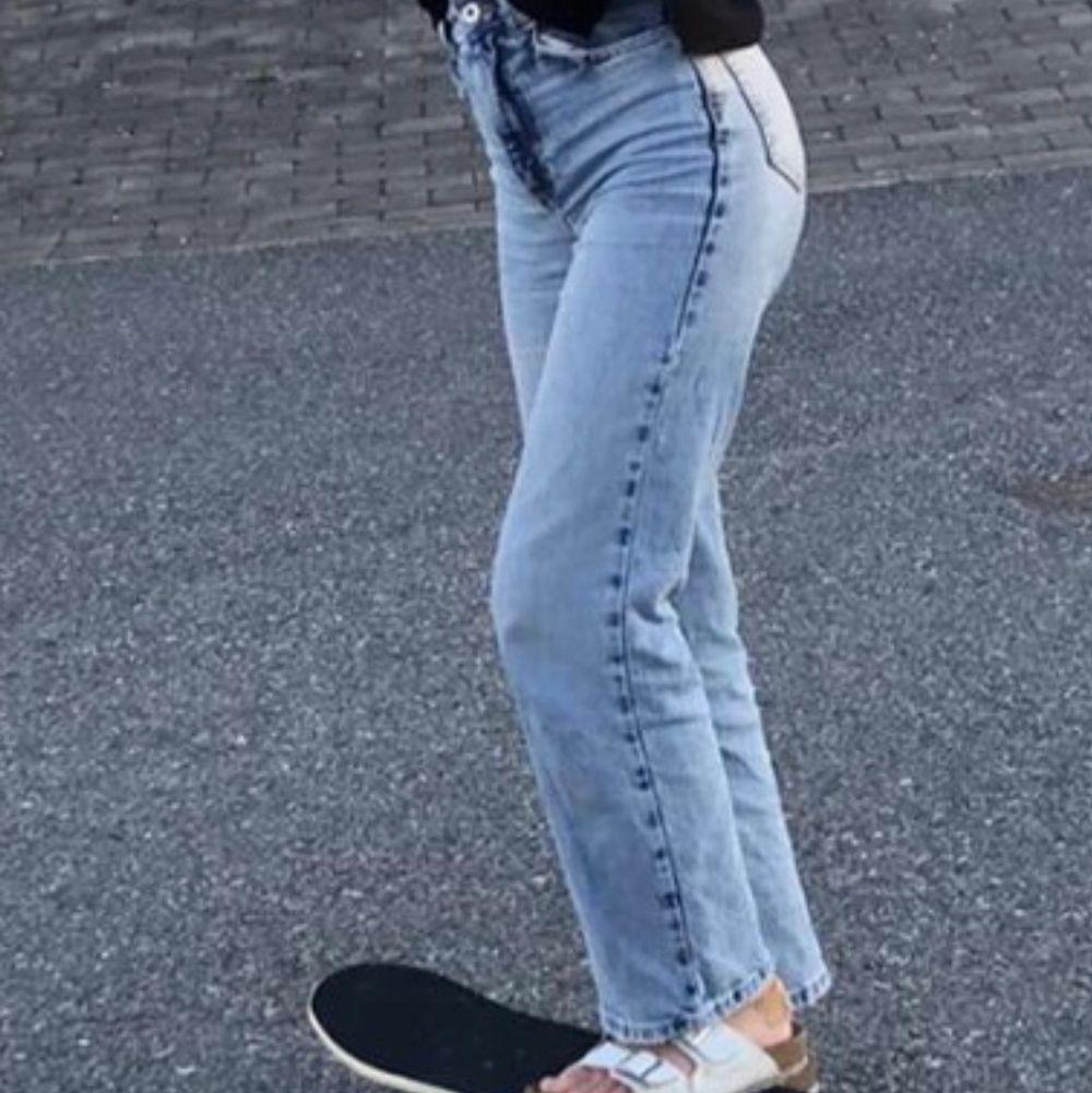Ljudblå högmidjade raka jeans från zara. Storlek 32. Köpta i somras för 399 kr. Använda mycket men i väldigt bra skick. 250 ink frakt, om fler blir instresserade får man buda. . Jeans & Byxor.
