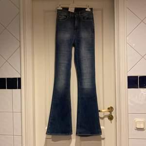 Skitsnygga flare jeansbyxor, köpta från Sellpy, helt nya från Tiger of Sweden. Storlek 25/32. Prislapp är kvar, säljer den för att den är för liten! Jag kan gå ner i pris vid snabb affär!