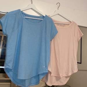 """Dessa 2 T-shirtar från SOC, träningströjor men de är i """"vanligt"""" material så de kan användas till vardags också! De är köpta för länge sen men knappt använda💗💙båda för 99kr"""