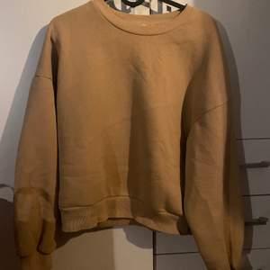 Superfin lite croppad sweatshirt från Gina Tricot.