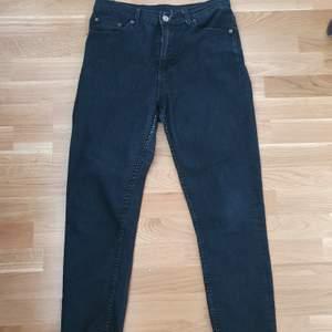 Svarta jeans i strl W29 L32. Köparen står för eventuell frakt♡