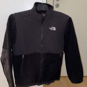 Säljer denna fleece jacka från the north face i storlek S, jackan har inga skador och är mer i ett tunnare material, skriv vid intresse
