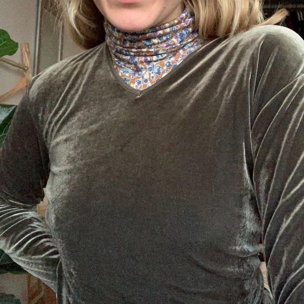 En supermjuk och fin grön sammetsklänning. Den formar sig efter kroppen och passar mig som är S även fast den är L. Väldigt stretchig.. Klänningar.