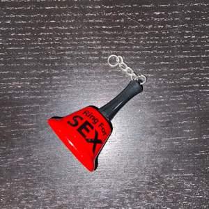 En liten röd ringklocka till nyckelring. Inga defekter. Säljer för 30 kr inklusive frakt