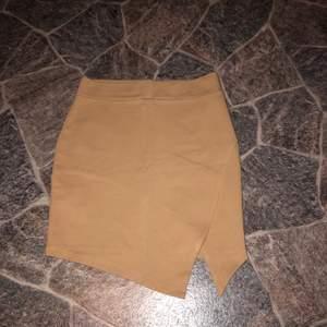 Beige kjol i storlek S, tyvärr har den bara blivit liggande i garderoben och aldrig använts. 70kr har även en likadan i svart i strl XS