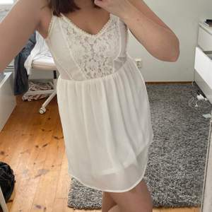 Fin vit klänning som passar utmärkt till studenten eller skolavslutningen. Köparen står för frakten