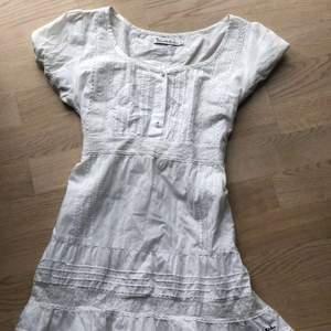 Säljer en vit klänning från bandelid pga den är för liten för mig.
